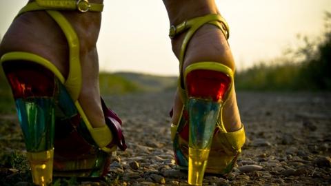 Летом 2015 года модницы предпочитают яркие туфли