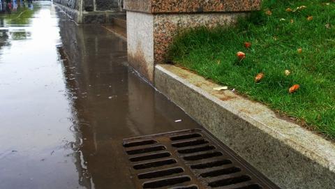 Стоит ли ругать чиновников, или почему опять засорилась ливневая канализация?