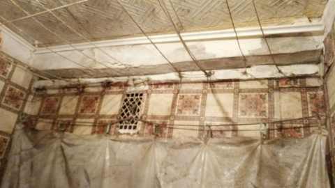 Женщина-ветеран войны живет в уходящем под землю доме с протекающей крышей