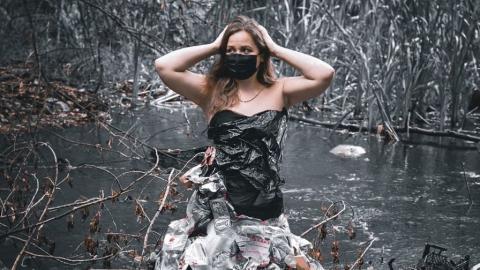 Волонтеры из Энгельса нарядились в платья из мусора и устроили фотосессию на стихийной свалке