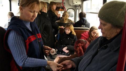 В общественный транспорт  приходит безнал