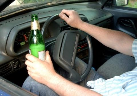 Пьяные автомобилисты посреди проспекта вдвоем пытались сесть на водительское место