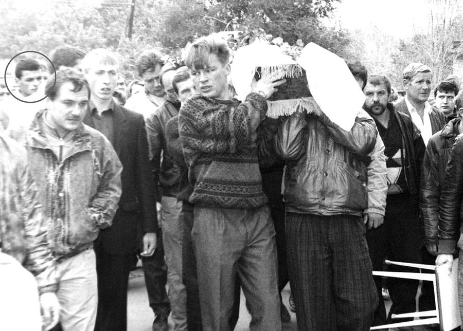 30 сентября 1990 г. Похороны застреленного в своём гараже криминального авторитета Владимира Хапалина (Хапуги). Брюнет слева на заднем плане — Алексей Цыганков (Потап). Это его осудили за заказ Александра Фадеева (Фани).