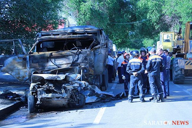 В Саратове КамАЗ протаранил пассажирский автобус.