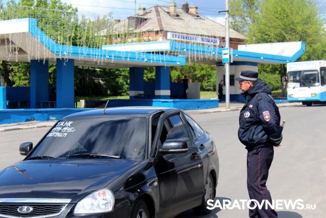 Инспекторы ГИБДД заставили саратовских водителей помыть грязные номера