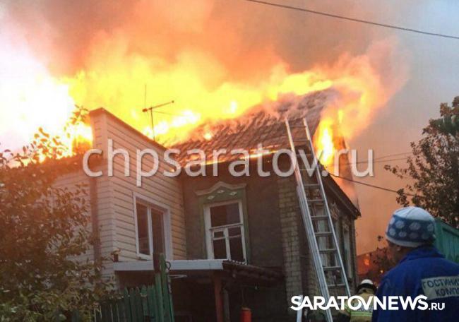 НаХвалынской пожарные гасят 2-этажный дом