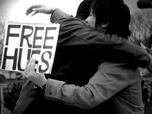 """Протестующих против повышения цен за проезд атаковал флешмоб """"свободные объятия"""""""