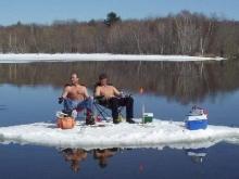 Облспас снял двоих рыбаков с тонкого льда