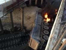 Саратовский грузовик упал с моста на пути под Самарой и загорелся