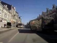 """Очевидец запечатлел """"странное поведение"""" автобуса №11 на Московской"""
