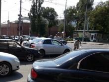 Три десятка автобусов стоят в пробке из-за аварии на Астраханской