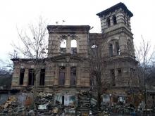 Женщина повесилась в развалинах дома на шарфе