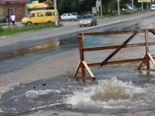 """Из-за """"фонтана"""" на дороге жители Заводского района остались без воды на всю ночь"""