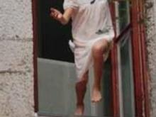 Женщина выбросилась из окна дома на Навашина и умерла в больнице