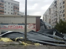 """В Балакове во время шторма снесло крышу супермаркета """"Гроздь"""""""