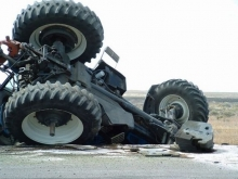 Две школьницы и водитель пострадали в опрокинувшемся тракторе