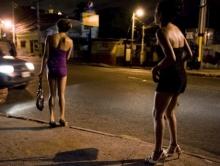 Полицейские поймали двух проституток и изъяли 300 бутылок алкоголя