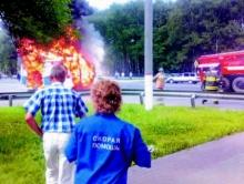 "Около ""Триумф-Молла"" в Саратове горит карета скорой помощи"
