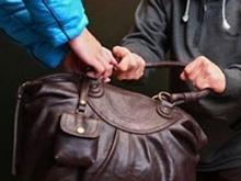У прохожей на улице вырвали сумку со ста тысячами рублей
