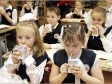 Школьникам давали просроченное бесплатное молоко