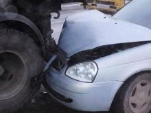 """Иномарка врезалась в припаркованный """"КамАЗ"""". Пострадали двое"""