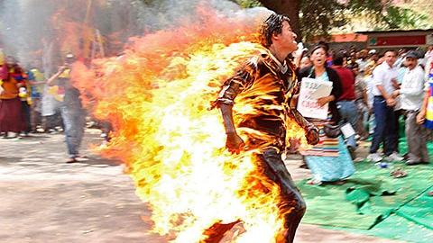 Камера видеонаблюдения запечатлела горящего мужчину