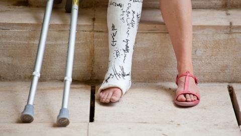 Девушка отделалась переломом ног после падения с девятого этажа