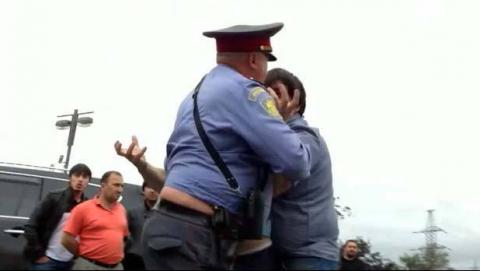 Двоих балаковцев обвиняют в избиении полицейского