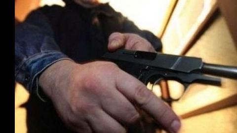 """Мужчина с пистолетом пытался """"отжать"""" у саратовца полмиллиона"""