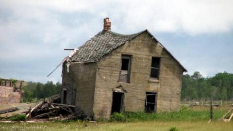 Три разваливающихся дома в Юрише признают аварийными