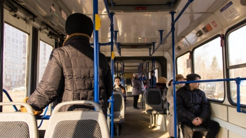 Пьяный в трамвае приставал к 12-летней девочке
