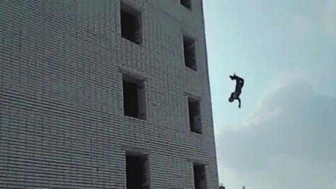Один саратовец прыгнул в окно, двое отравились угарным газом в гараже