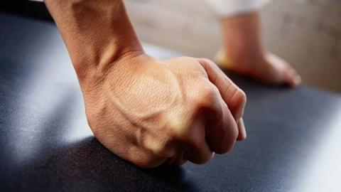 В Саратове злоумышленники распустили руки на женщину и полицейского