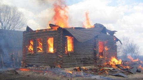 В дыму и огне скончались мужчина и пенсионерка