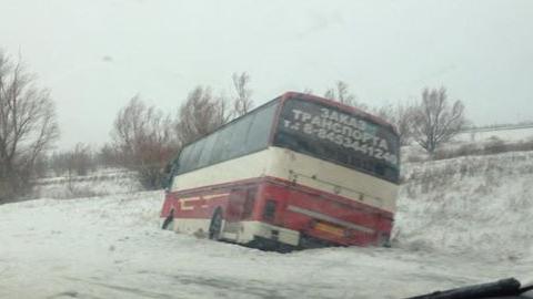 Под  Балаковом ветер снес с трассы автобус