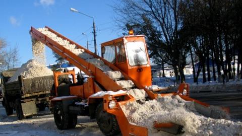 За ночь коммунальщики обещают очистить от снега три улицы Саратова