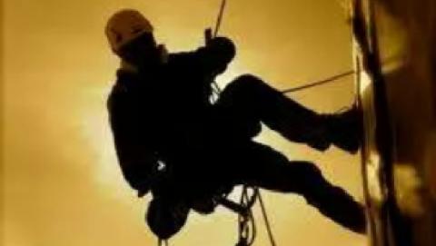 Промышленного альпиниста побили на саратовской крыше