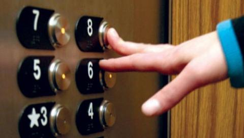 Парень напал на девочку-подростка в лифте и жестоко избил