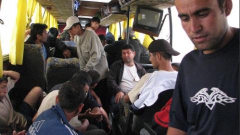 Под Красноармейском в автобусе обнаружили 10 мигрантов без документов
