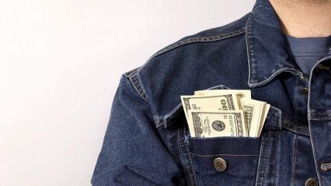У саратовца из куртки на вешалке украли 100 000 рублей