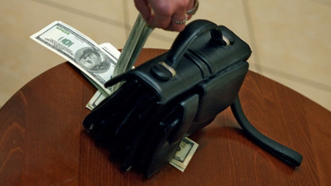 Сотрудник украл в офисе из барсетки коллеги две тысячи долларов