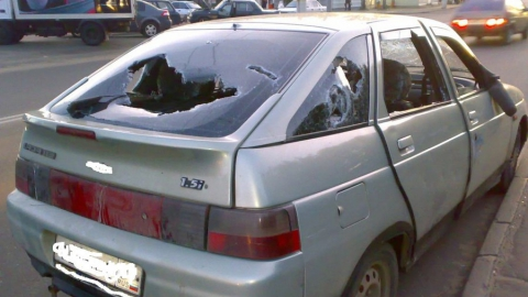 Неизвестные злодеи битами разбили машину марксовского парламентария