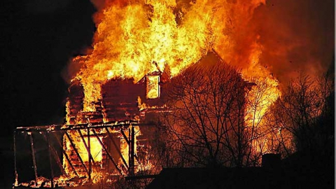 На пепелище частного дома в Саратове нашли труп мужчины