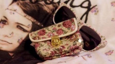 У пенсионерки отняли сумку в цветочек с крупной суммой денег