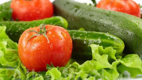 Сильнее всего за неделю подешевели огурцы и помидоры