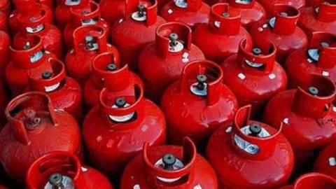 Саратовские пожарные не дали взорваться пяти газовым баллонам