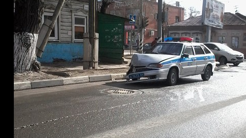 Сотрудники ГИБДД попали в ДТП в центре Саратова