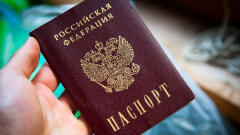 Юным саратовцам вручили паспорта в присутствии ветерана космонавтики