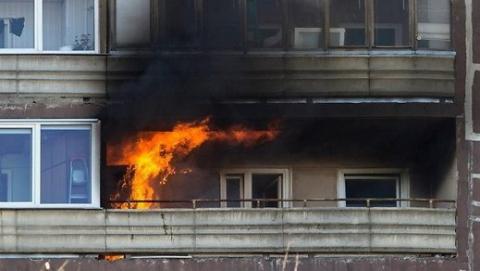 В Саратове свидетели пожара вытащили через балкон двоих погорельцев