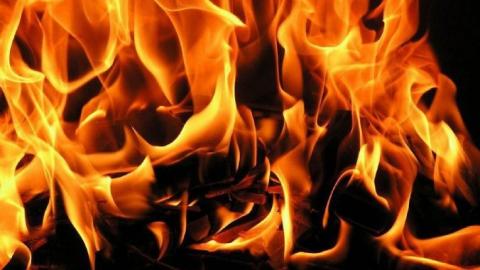Саратовские пожарные тушили огонь на детской площадке